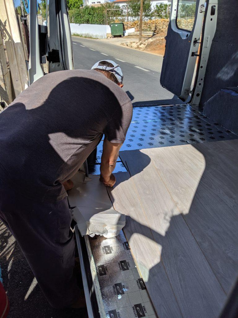 Poser le sol dans un van aménagé : découper et poser